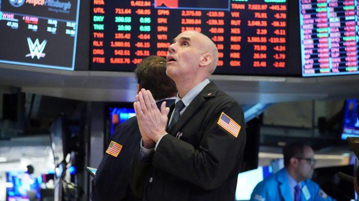 Lo ngại tăng lãi suất, giới đầu tư bán tháo cổ phiếu